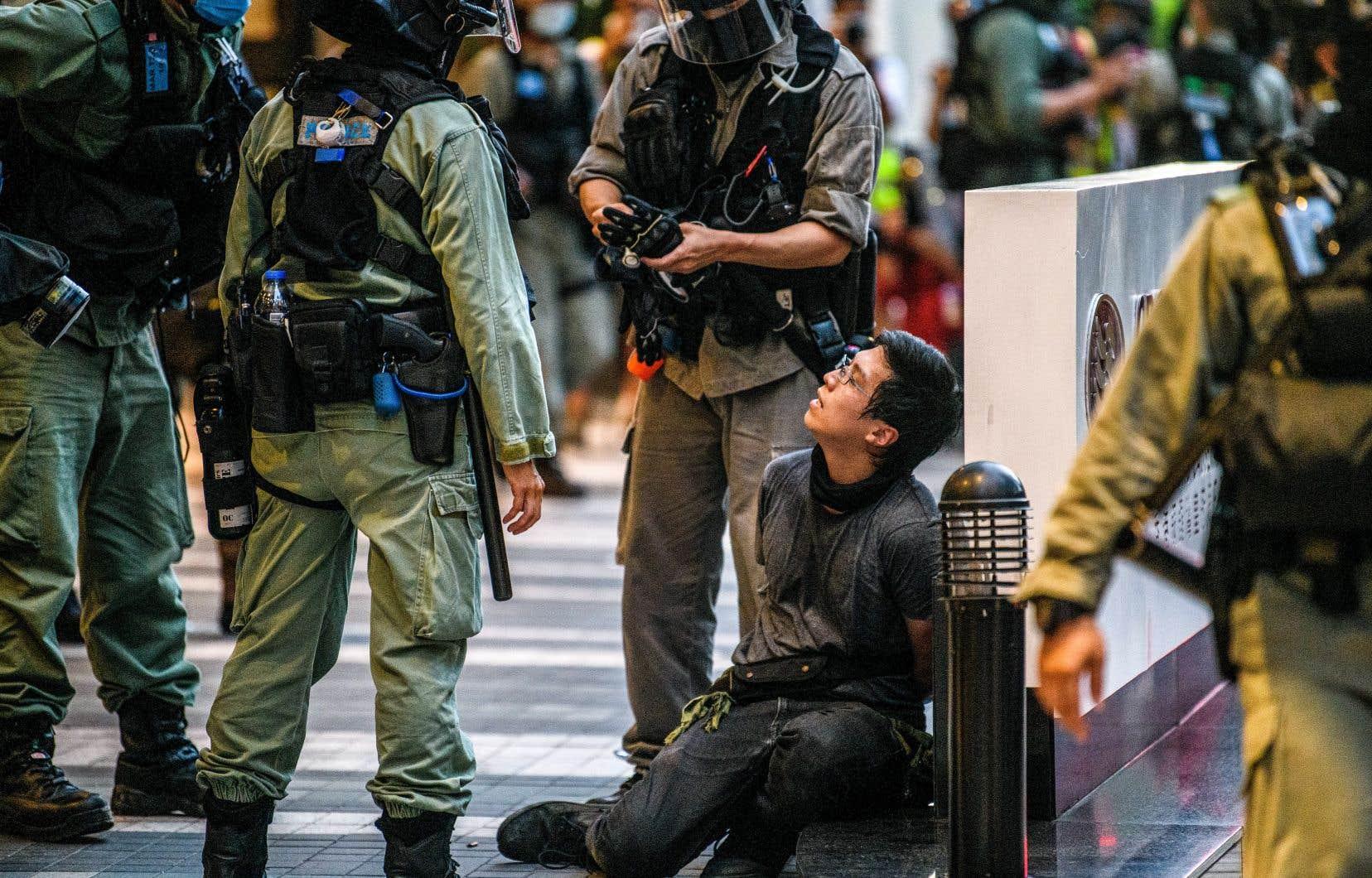 Au terme des célébrations qui ont dégénéré, 300 personnes ont été arrêtées par la police, qui déplore de son côté un agent blessé. Parmi les gens interpellés, neuf l'ont été pour violation présumée de la nouvelle loi sur la sécurité nationale.