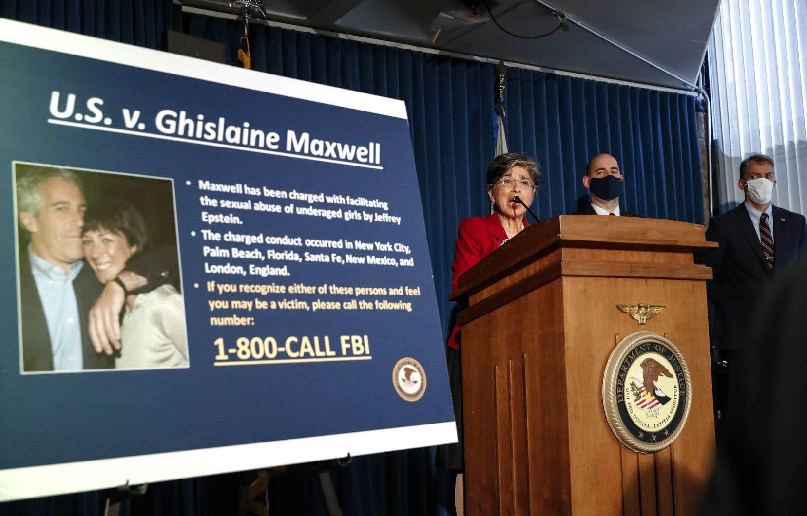 Conférence de presse du FBI concernant l'arrestation de Ghislaine Maxwell, qui avait disparu depuis l'arrestation de Jeffrey Epstein en juillet 2019.