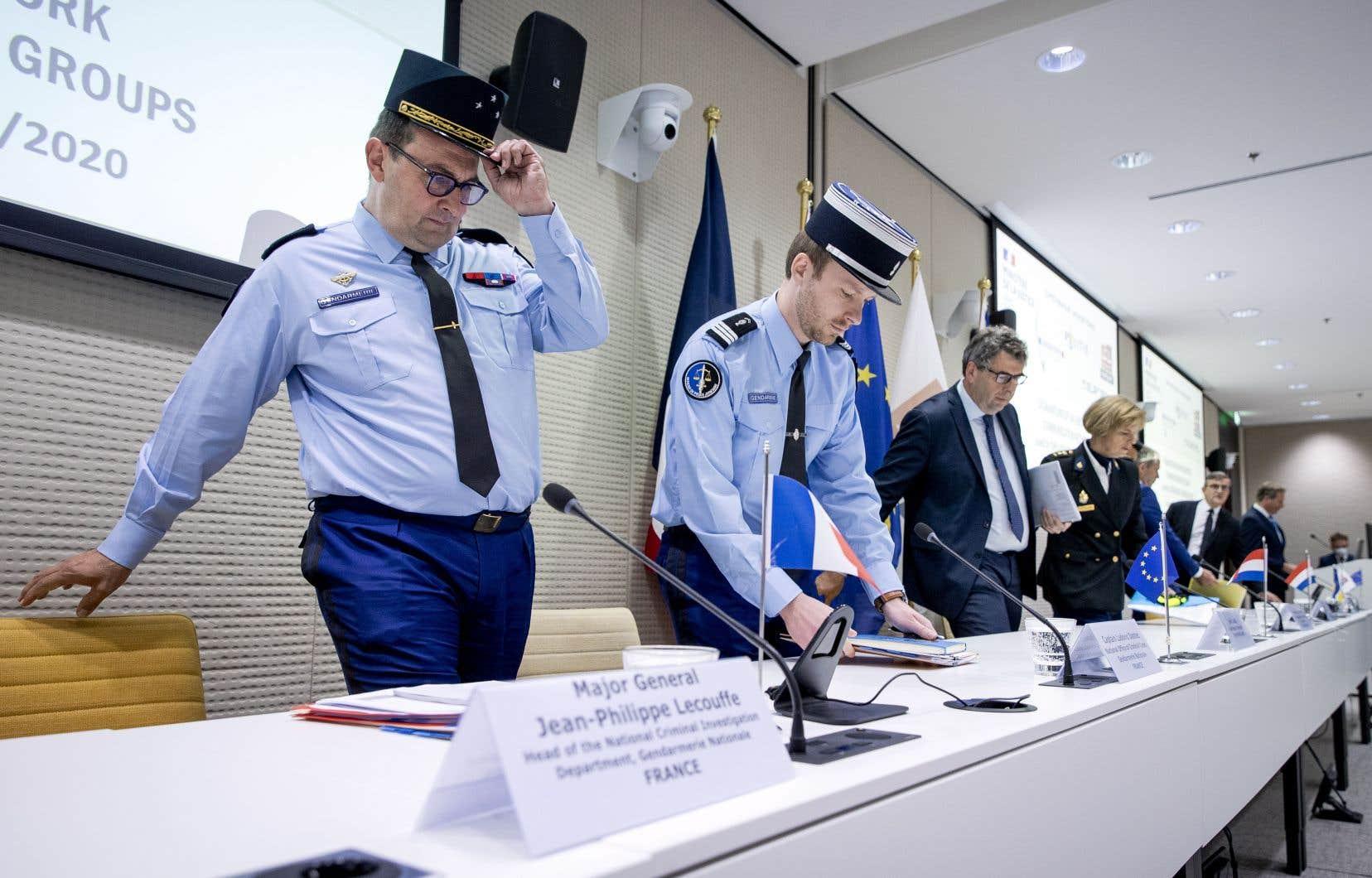 Le sous-directeur de la police judiciaire de la Gendarmerie nationale française Jean-Philippe Lecouffe (à gauche) et le procureur général néerlandais John Lucas (troisième à gauche) participaient notamment à la conférence de presse à La Haye pour annoncer la chute d'EncroChat.