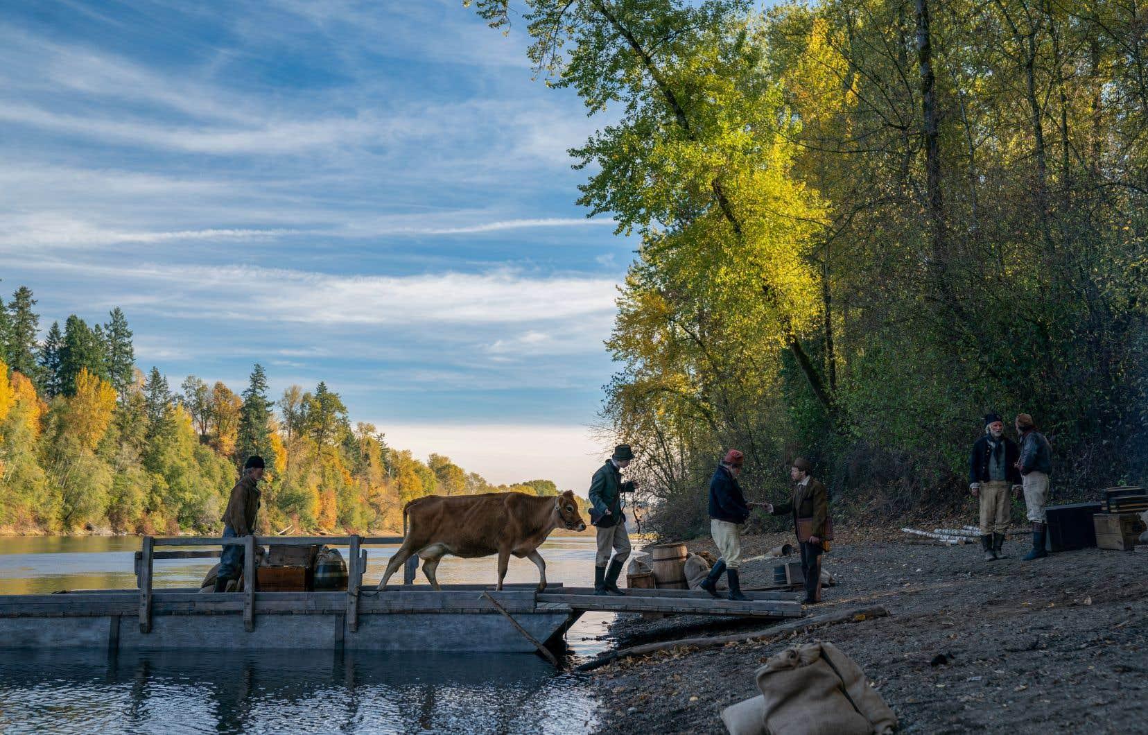 Si le titre «The Half-Life» est devenu «First Cow<i>»</i>, c'est parce qu'à un moment, Jonathan Raymond suggéra de centrer l'éventuel scénario autour de cette vache, la première, qui est transportée par barge jusque chez un riche propriétaire terrien, dans l'Oregon.