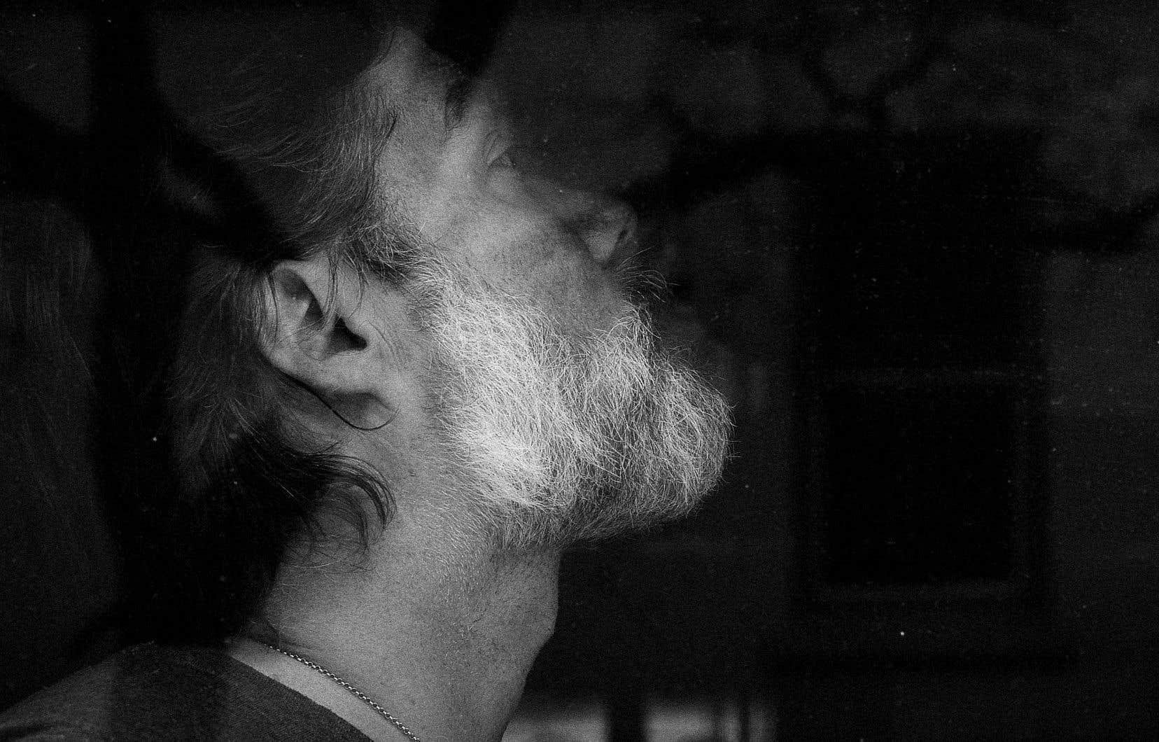 Il aura 47 ans le 22 juillet; ça se voit un peu dans la barbe poivre et sel qui n'a cessé d'allonger à l'écran de sa page Facebook, où il nous a conviés depuis la mi-mars et le début du confinement pour chanter pour nous et nous réconforter dans le cadre de ses «Robe Recitals».