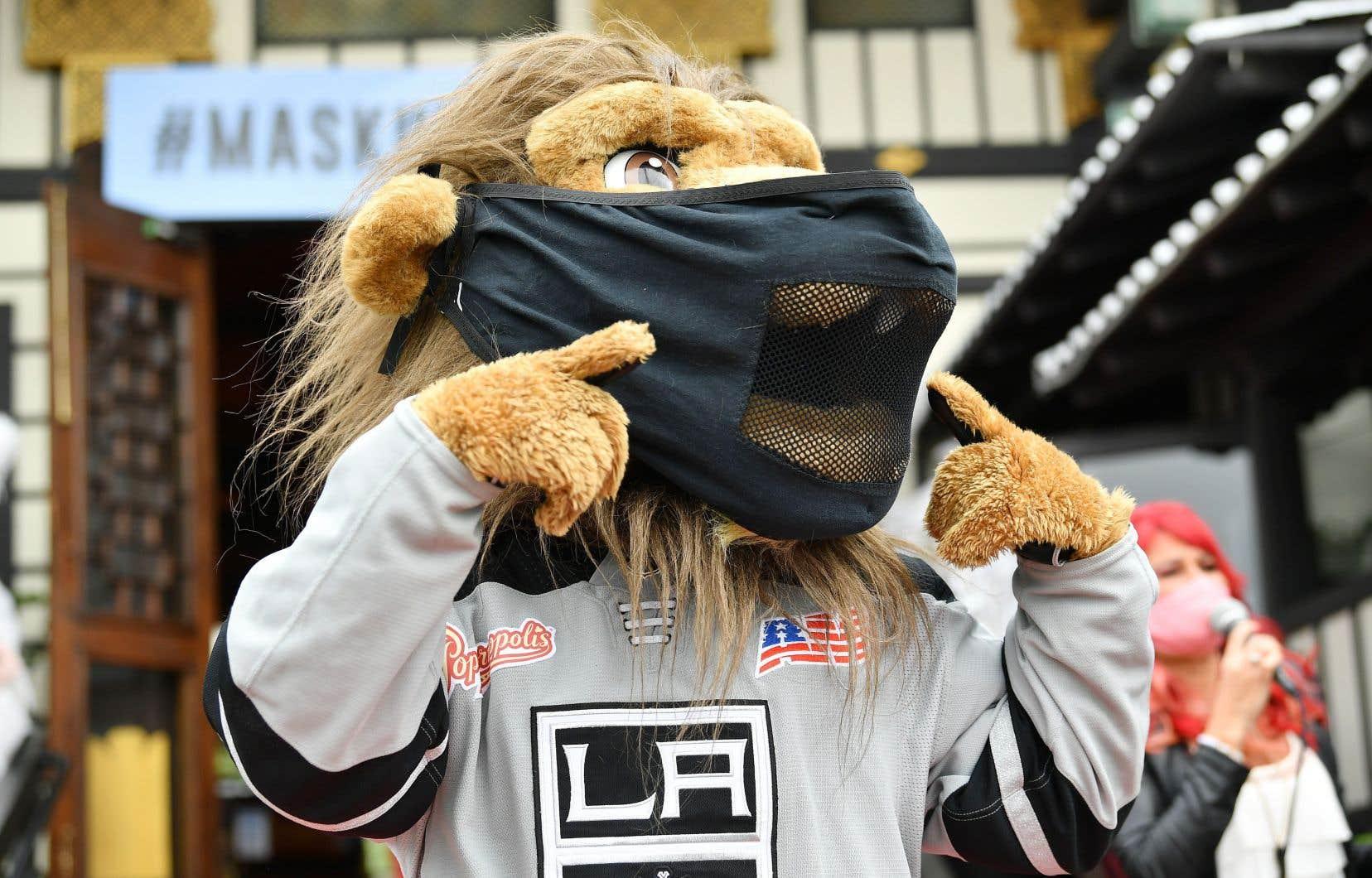 La mascotte des Kings de Los Angeles a encouragé jeudi les Américains à porter un masque dans les lieux publics.