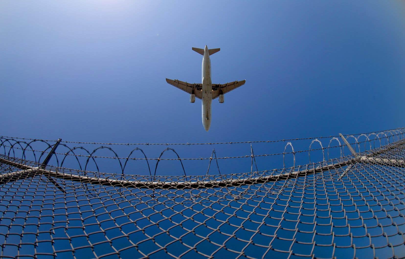 Le bureau du ministre fédéral des Transports, Marc Garneau, ne s'est pas prononcé sur la possibilité de venir en aide à Air Canada ou aux petits transporteurs régionaux afin d'assurer le maintien du service aérien.