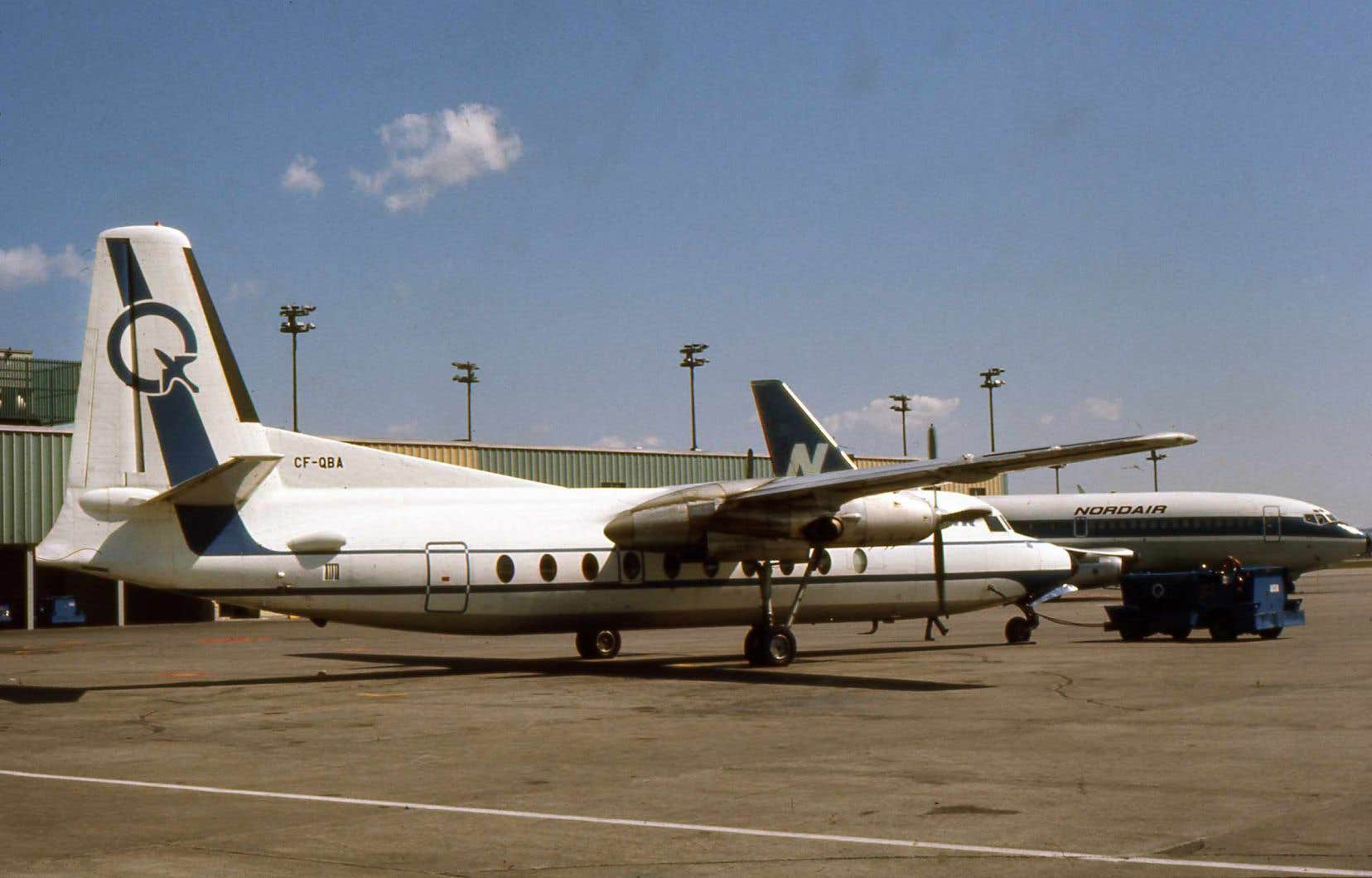 Des avions de Québecair (premier plan) et Nordair, sur le tarmac de l'aéroport Dorval, vers 1975.