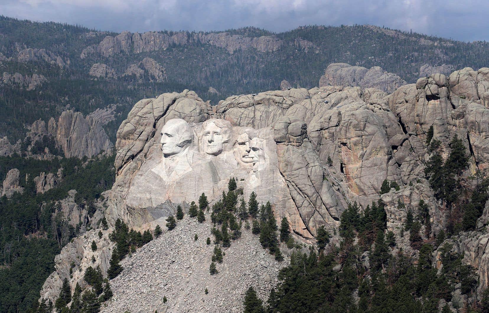 Le président américain a souhaité organiser un feu d'artifice au mémorial des anciens présidents, plus de dix ans après le dernier événement de ce genre. Les leaders tribaux s'y opposent, certains d'entre eux considérant même que le monument devrait être démoli.