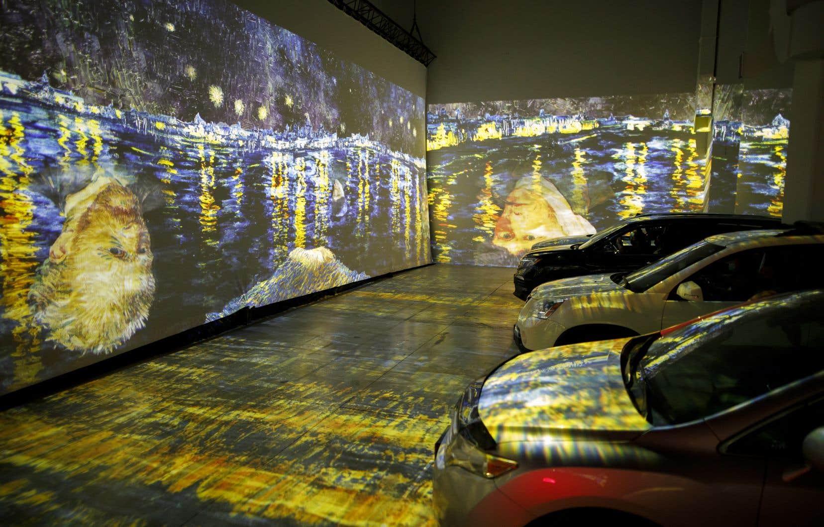 Prévue pour les piétons, l'exposition a été adaptée pour les automobilistes: la salle peut contenir environ dix voitures, qui se garent sur des emplacements définis.