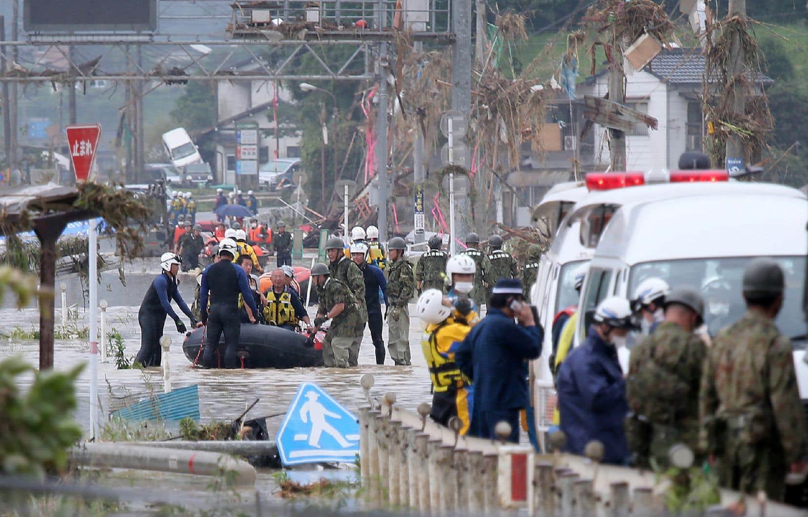 Des résidents du village de Kuma, dans la préfecture deKumamoto, sont évacués dimanche.