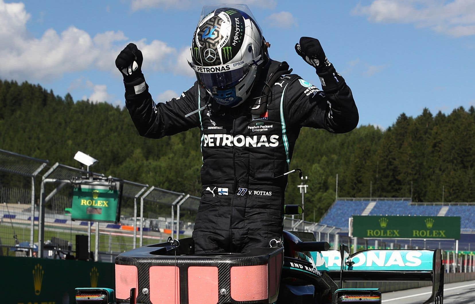 Les coureurs de l'écurie Mercedes, à laquelle appartient le vainqueur du Grand Prix Valtteri Bottas, arborent cette saison des combinaisons noires en guise de soutien à la lutte contre le racisme.