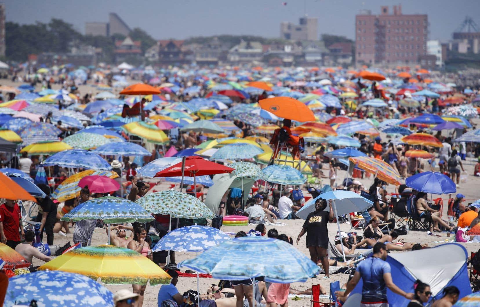 Rares étaient les vacanciers à bronzer masqués sur la plage new-yorkaise de Coney Island, en fin de semaine.