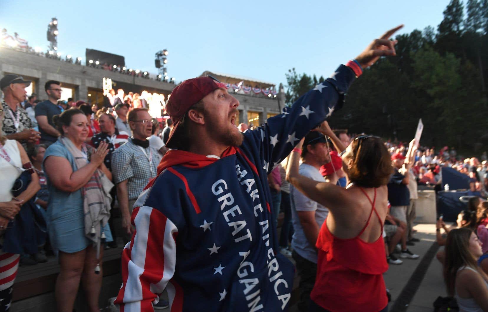 Une importante foule était entassée au pied du mont Rushmore, vendredi, à l'occasion d'un rassemblement partisan tenu par le président Trump à la veille de la fête nationale américaine. Le port du masque n'y était pas obligatoire.