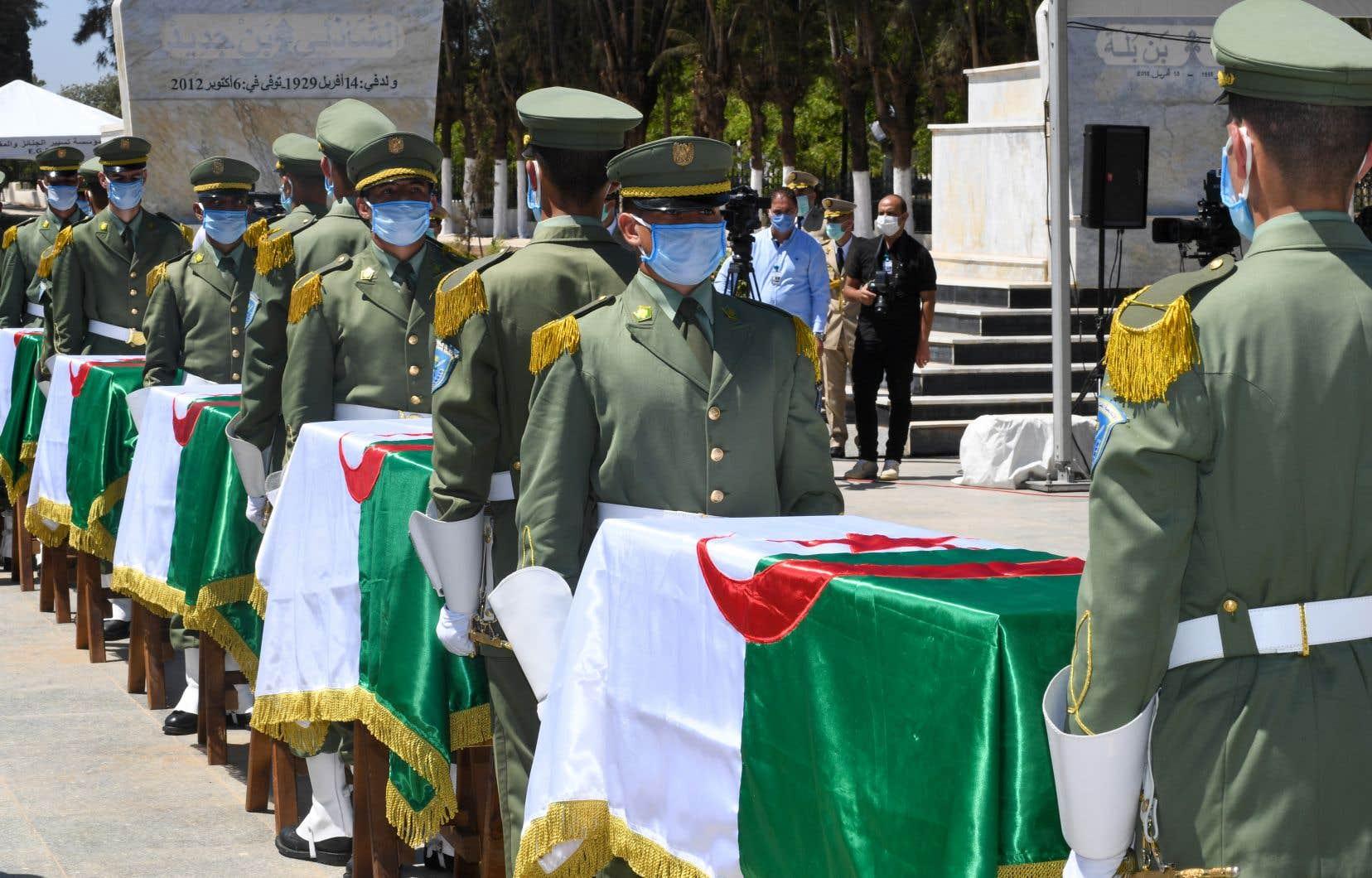 Les restes des 24 combattants remis par la France ont été enterrés au jour de l'anniversaire de l'indépendance de l'Algérie, dimanche.