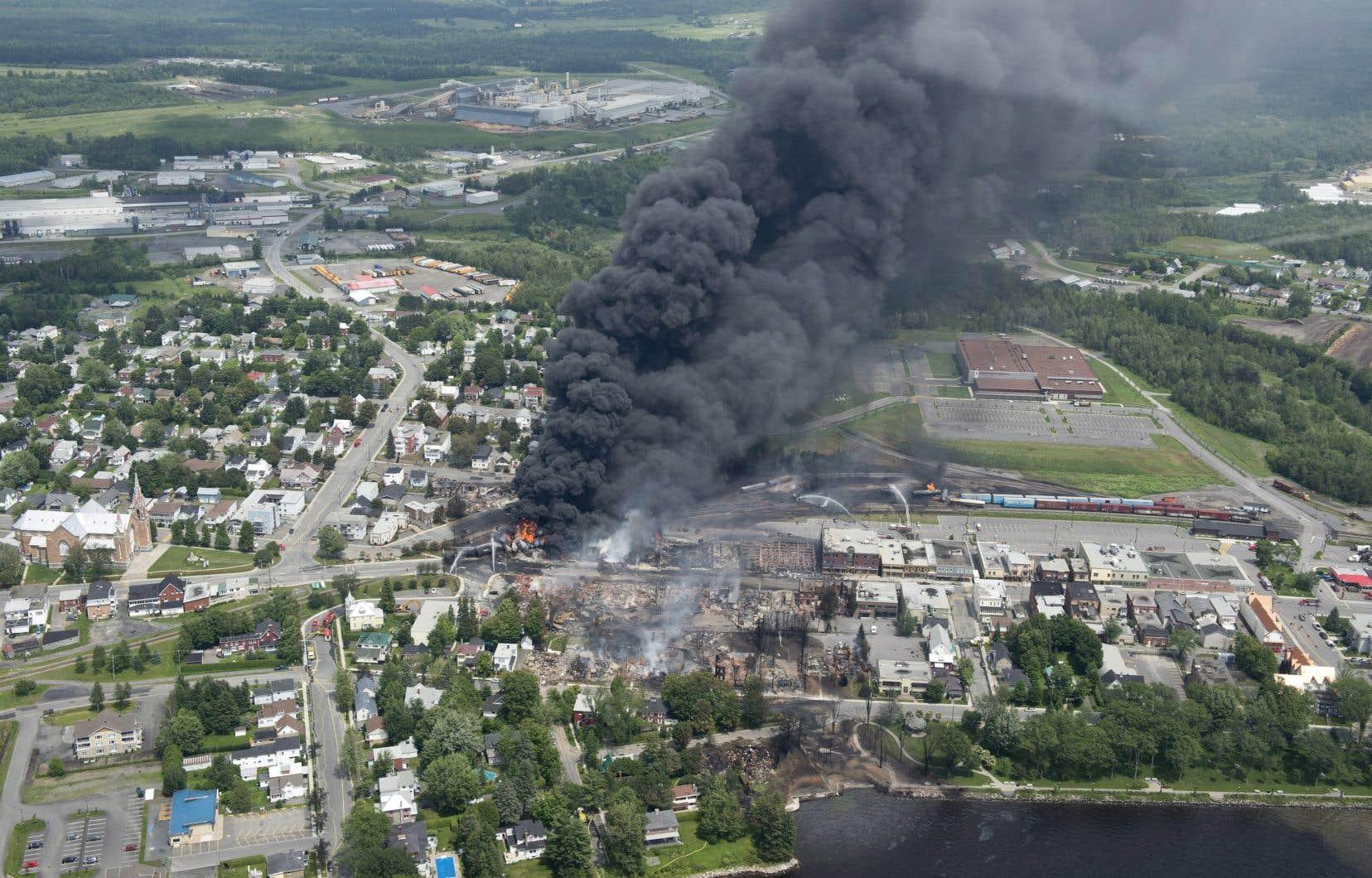 Le 6juillet 2013, un train transportant du pétrole a déraillé, provoquant une explosion mortelle qui a aussi détruit le centre-ville de Lac-Mégantic.
