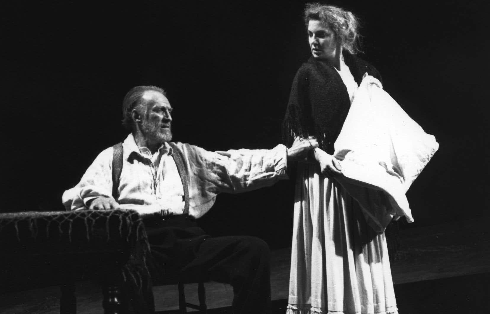 Aubert Pallascio avec la comédienne Nathalie Gascon dans la pièce «Le désir sous les ormes», d'Eugene O'Neill, dans une mise en scène de Martine Beaulne, produite par le Théâtre populaire du Québec en mars 1993