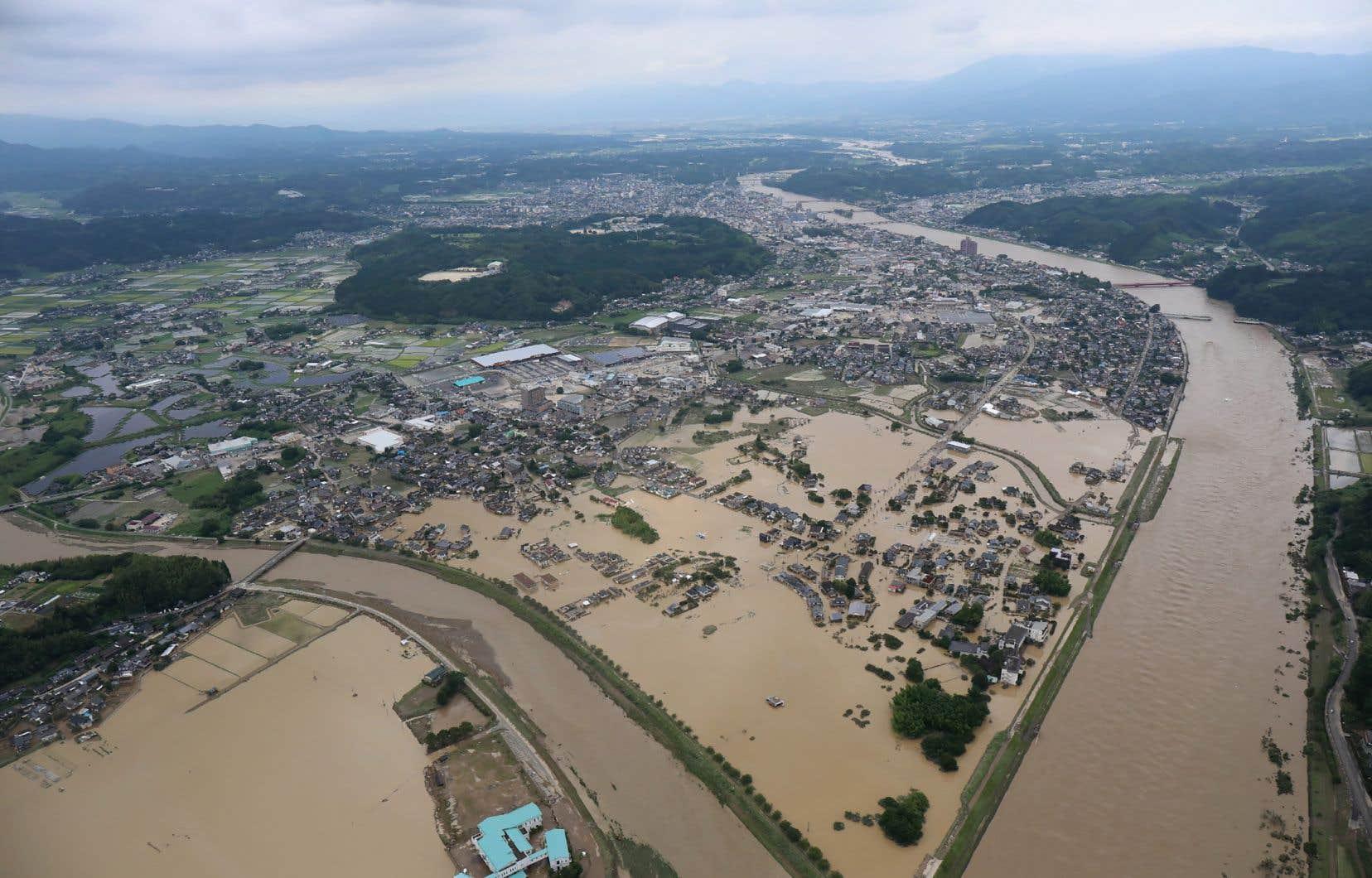 Routes et ponts ont été emportés par les inondations, isolant certaines localités de la région de Kumamoto du reste du monde.