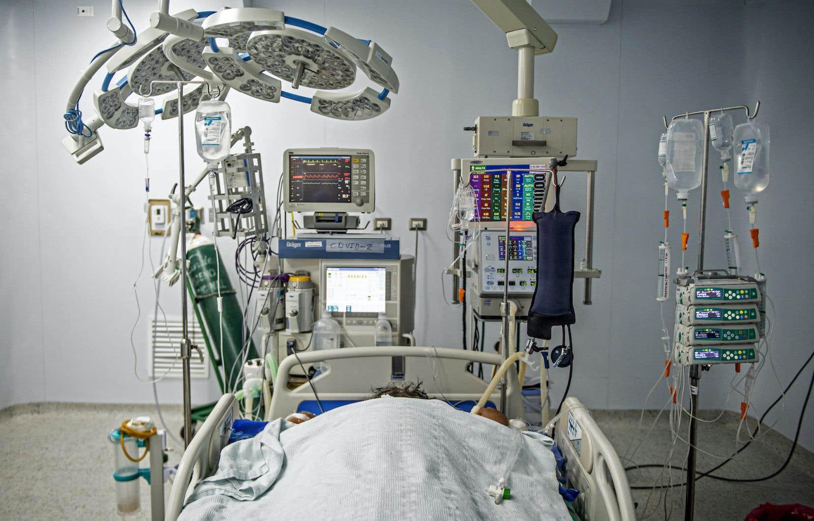Un patient atteint de COVID-19 aux soins intensifs de l'hôpital Alberto Sabogal Sologuren de Lima, au Pérou.
