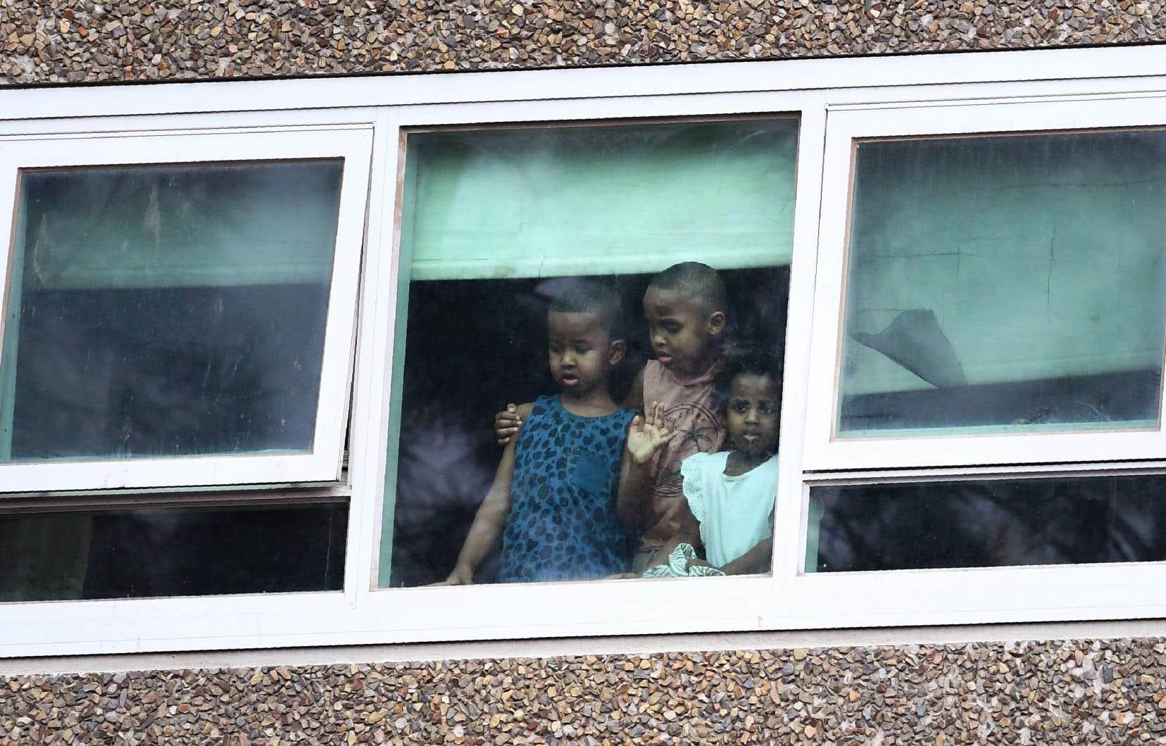 <p>Samedi, environ 3000 résidents vivant dans plusieurs immeubles d'habitation ont reçu l'ordre de rester enfermés chez eux pour au moins cinq jours, après l'apparition d'un foyer épidémique dans une tour.</p>