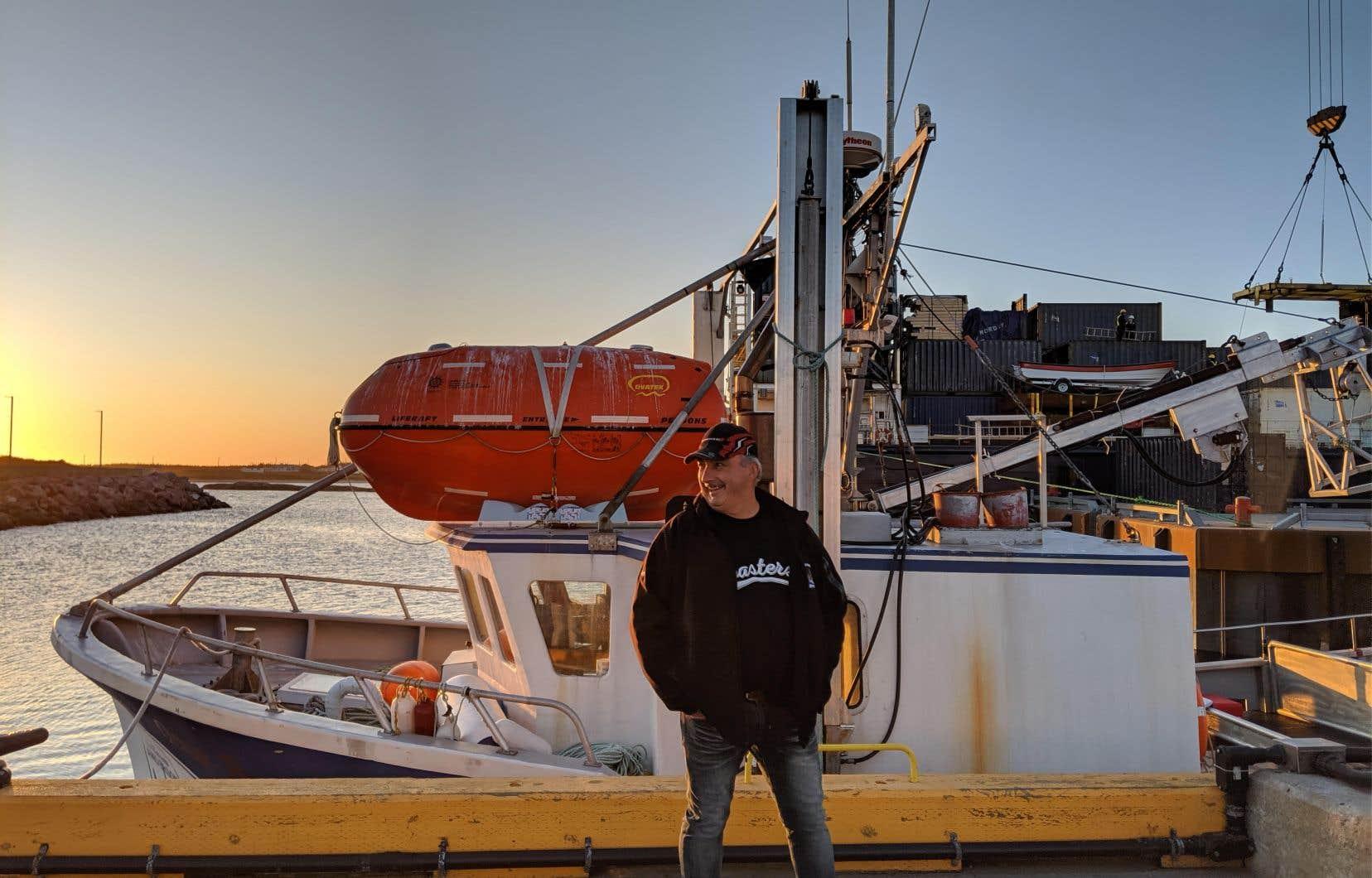 Randy Anderson devant son bateau l'<em>Ocean Breeze</em>, accosté au quai de Kegaska