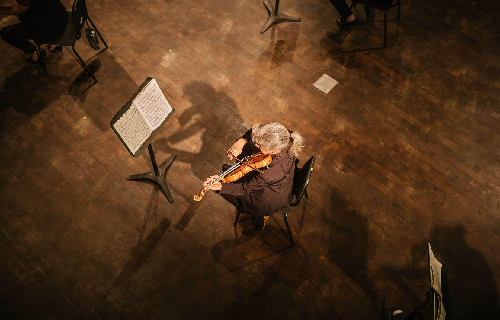 L'Orchestre Métropolitain a vidé la salle Bourgie de ses sièges afin de pouvoir jouer Beethoven en captation vidéo tout en respectant la distanciation physique.