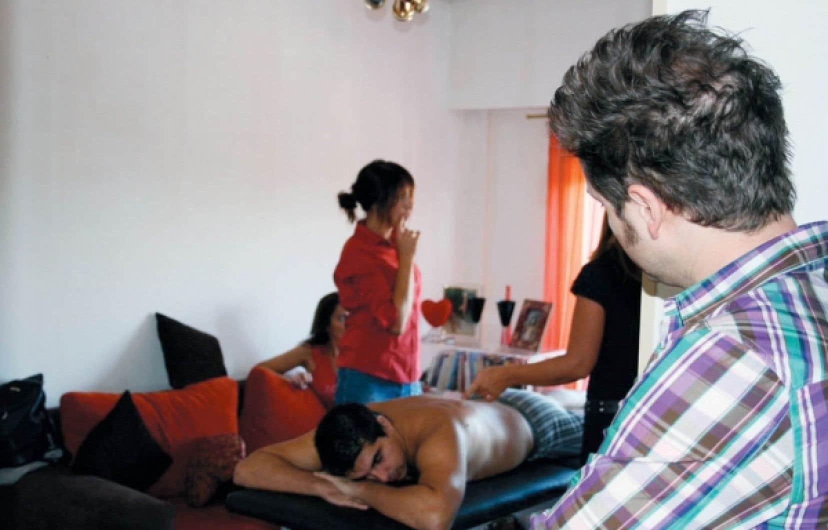 L'animateur de Sexe autour du monde observe discrètement un cours de massage érotique en Argentine, le pays proclamé des meilleurs amants.<br />