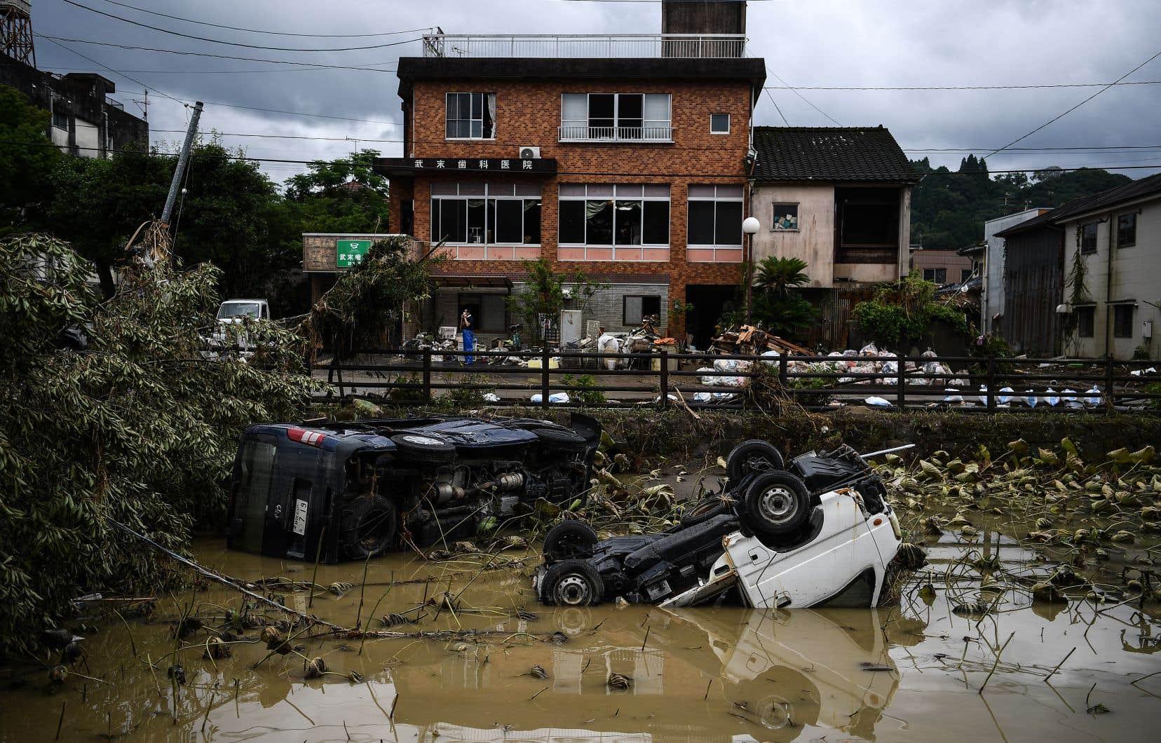 Dans la région de Kumamoto, la plus affectée, l'on se mettait déjà au travail pour nettoyer les dégâts provoqués par des pluies figurant parmi les plus violentes de ces dernières années.
