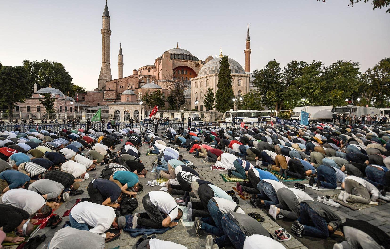 Pour fêter la décision du Conseil d'État, quelques centaines de personnes se sont rassemblées devant l'ancienne basilique vendredi et ont accompli la prière collective du soir.