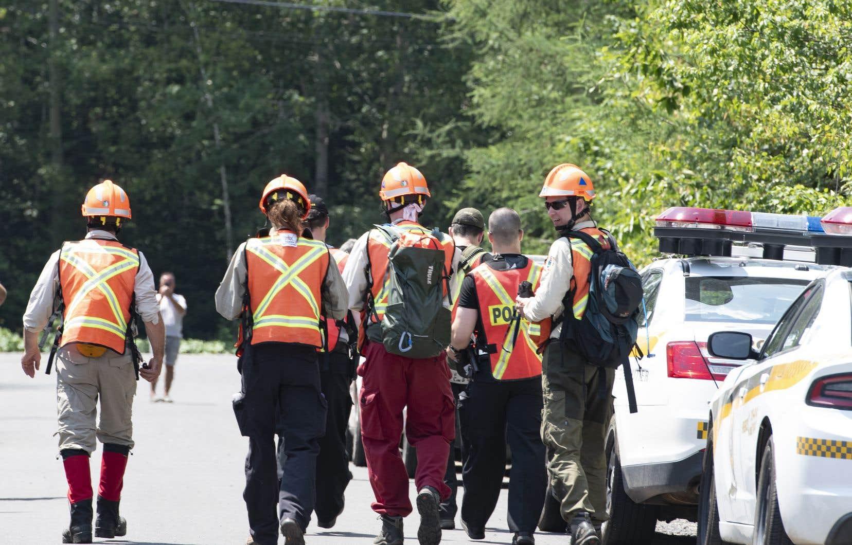 Martin Carpentier tient les policiers en haleine depuis la disparition des deux fillettes mercredi soir. Sur la photo, des policiers et des volontaires participant aux recherches, vendredi à Saint-Apollinaire.