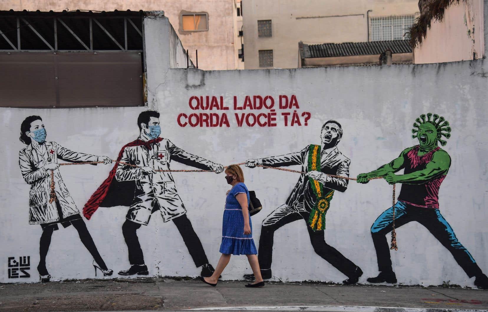 Sur une murale de São Paulo, on peut lire « De quel côté de la corde êtes-vous ? ».