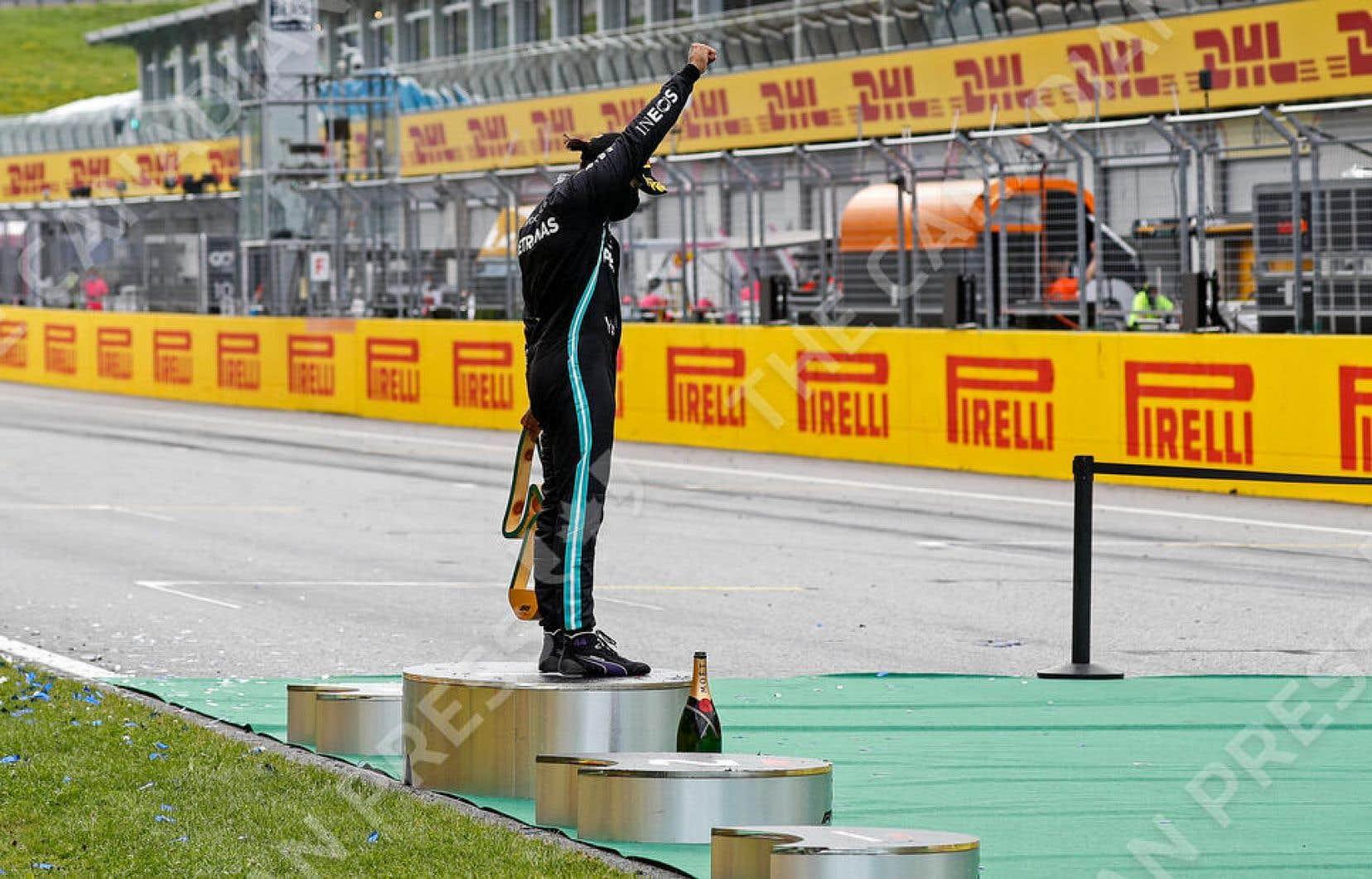 Après avoir remporté la course sur le circuit de Spielberg, dimanche, Lewis Hamilton est monté sur la plus haute marche du podium et a levé le poing en solidarité avec le mouvement Black Lives Matter.