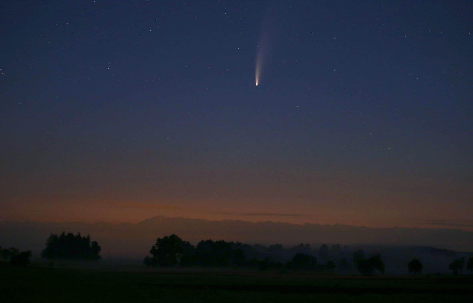 La glace contenue dans la comète s'est sublimée en gaz, créant cette longue traîne de poussières reflétant la lumière du Soleil.