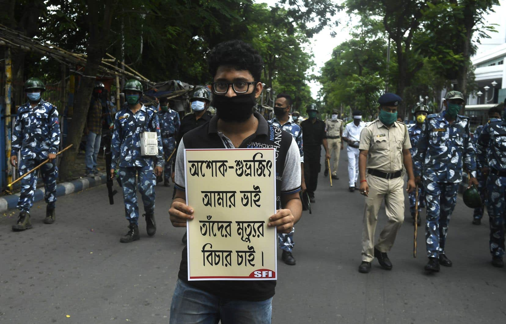 Un étudiant a pris part à une manifestation, mardi, à Kolkata, en Inde, pour protester contre l'incapacité du gouvernement d'enrayer la propagation de la COVID-19 dans le pays.
