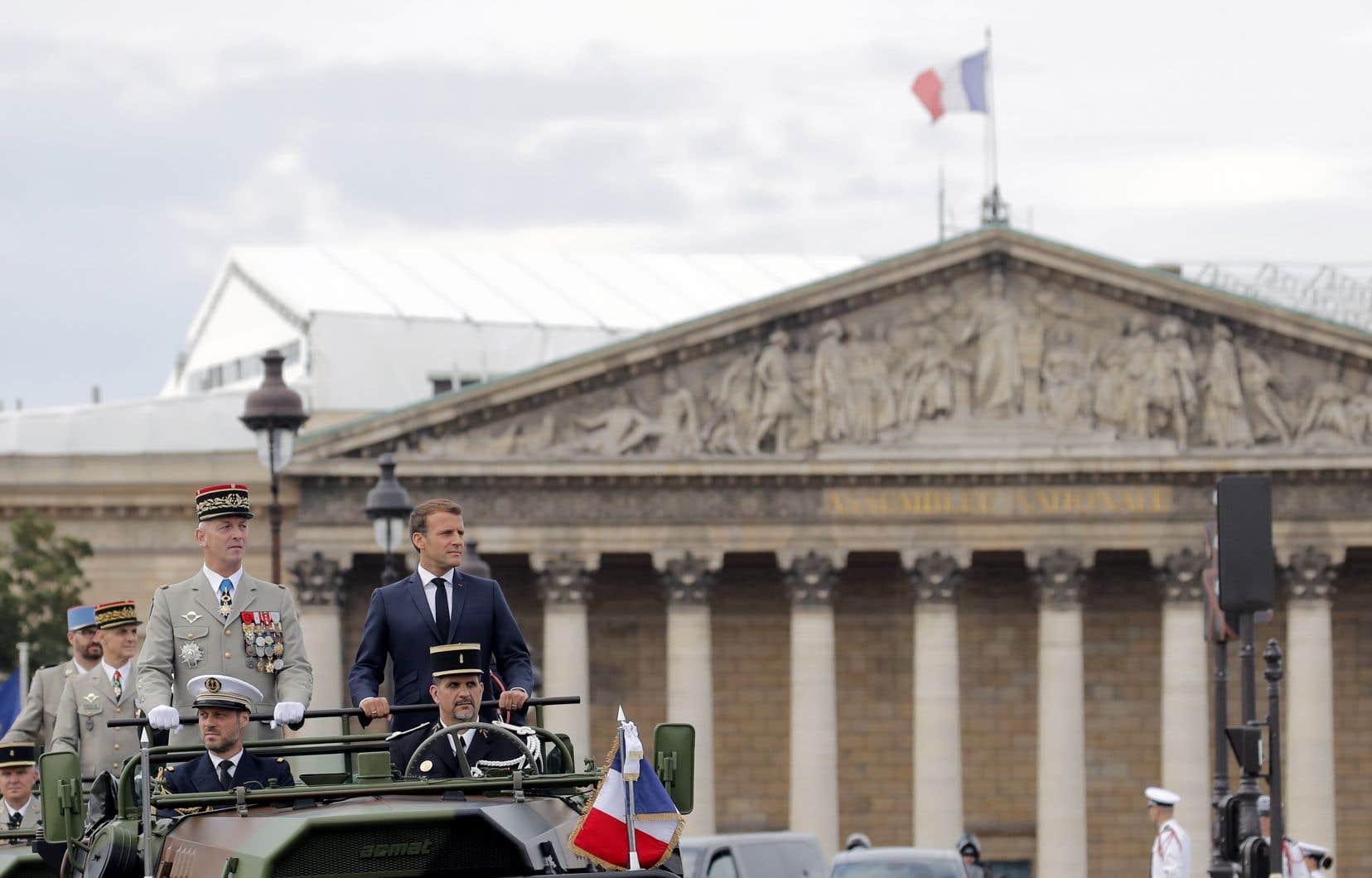 Les célébrations du 14 juillet se sont limitées cette année à la place de la Concorde, où se sont déroulés un spectacle aérien et une cérémonie mettant en vedette les soignants qui ont combattu la pandémie. Emmanuel Macron y est arrivé à bord d'un véhicule militaire.