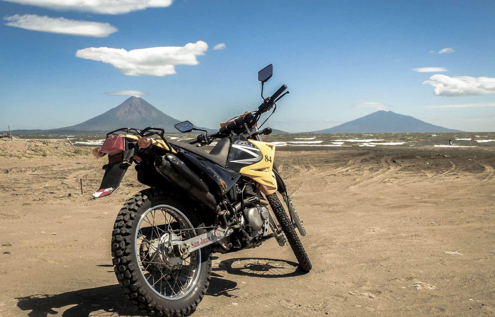 Une pause devant le volcan Concepción entre deux ajustements mécaniques. C'est avec cette moto usée et sans frein que l'auteur a exploré le sud du Nicaragua.