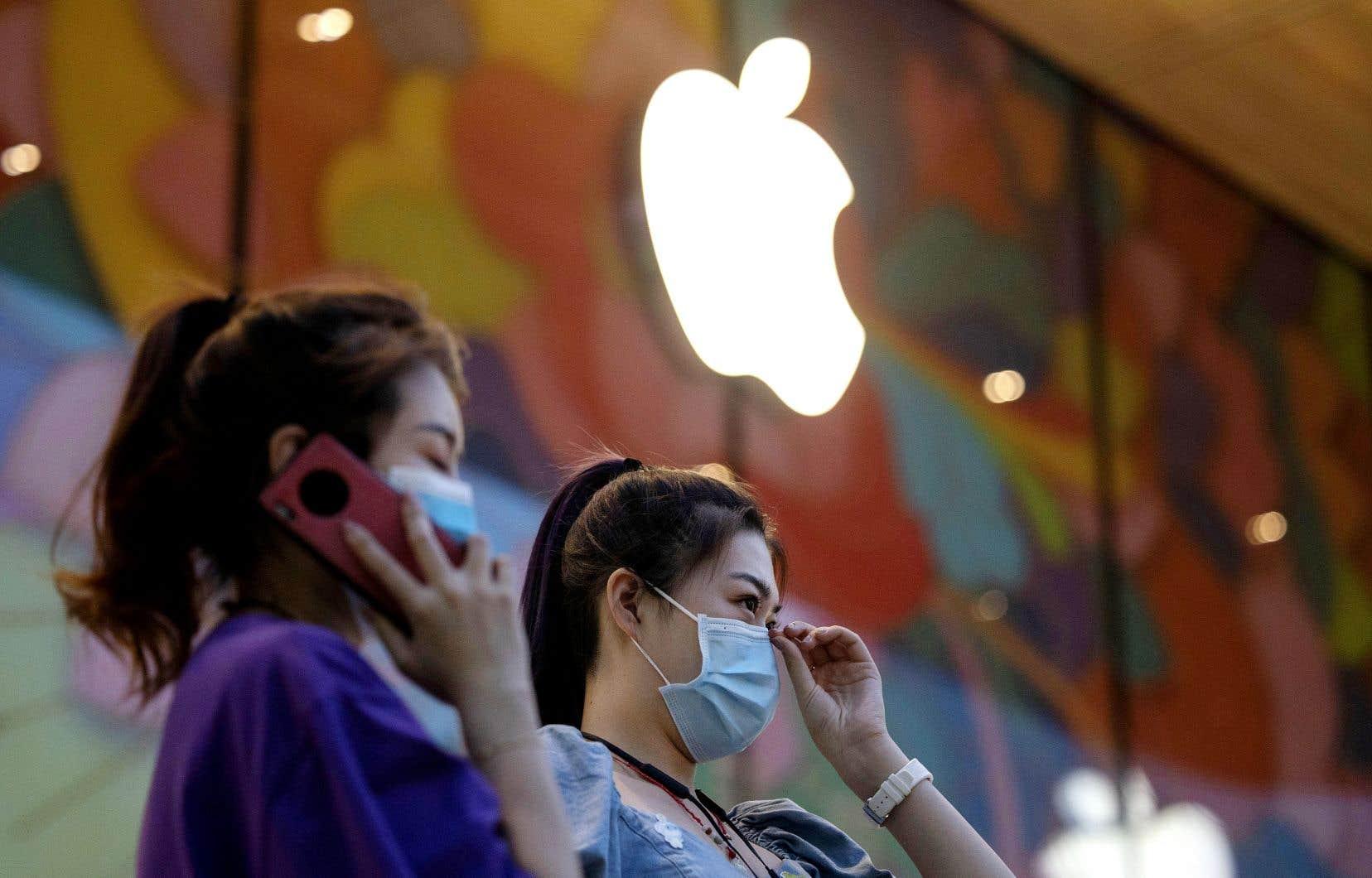 Des clientes d'Apple portaient le masque lors de leur visite dans une boutique du géant à Pékin, mardi.