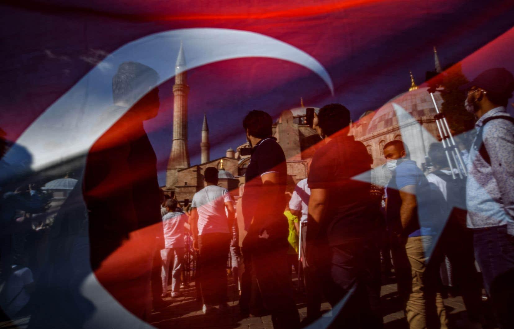 «Parmi les Grecs d'Istanbul, touchés au premier chef sur le plan symbolique par le geste d'Erdoğan, plusieurs réprouvent la récupération idéologique fondée sur le conflit de religions», écrit l'auteur.