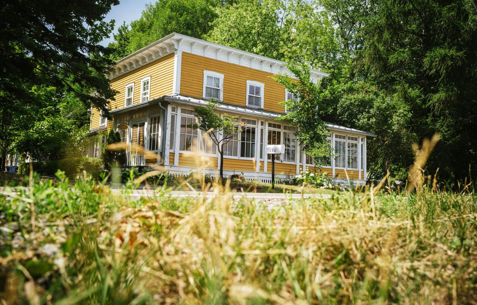 La maison familiale du chanoine Lionel Groulx jouit d'une protection en vertu de la Loi sur le patrimoine culturel. Pourtant, cela n'empêche pas l'administration municipale de scinder la propriété en trois lots distincts.