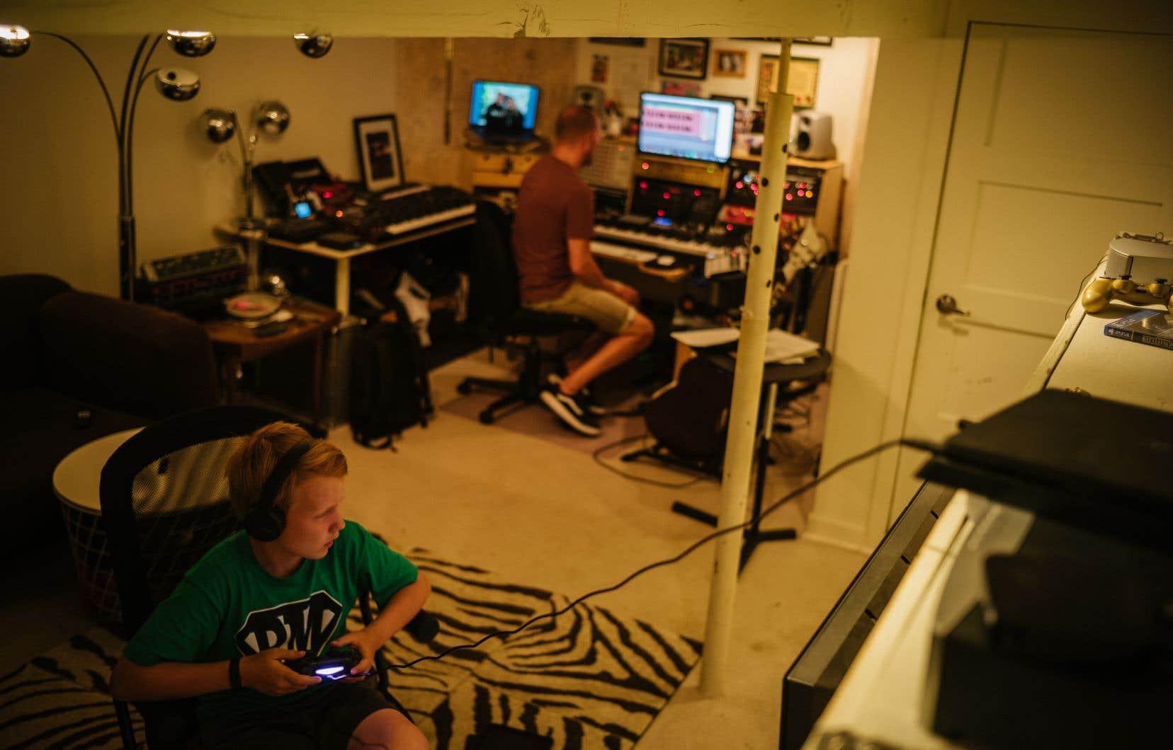 Au début du confinement, Alex McMahon a rapatrié quelques pièces d'équipement de son studio pour les brancher à celles qui traînaient déjà dans le petit studio aménagé dans son sous-sol, son «vaisseau spatial, son carré de sable d'adulte», comme il l'appelle.
