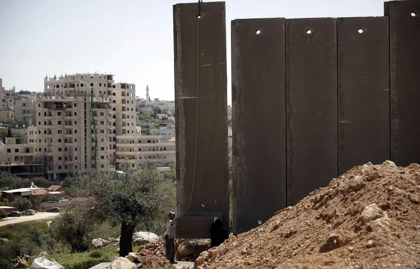 «Il est vrai que les Juifs israéliens se sont installés sur une terre habitée par un autre. Or, ils ne se sont pas installés en Palestine pour s'enrichir ou accroître leur puissance, ce qui est normalement le but du colonialisme», écrit l'auteur.