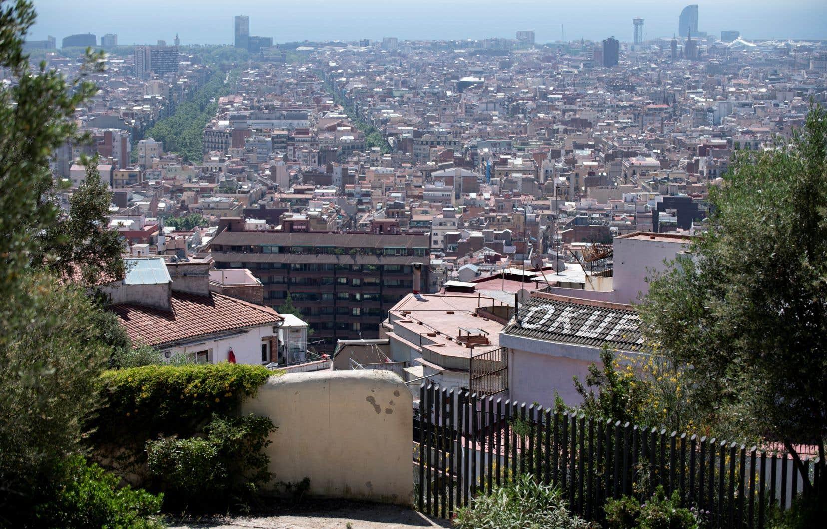 <p>Deuxième ville espagnole, très prisée des touristes internationaux, Barcelone fait face depuis quelques jours à un bond des cas de COVID-19.</p>
