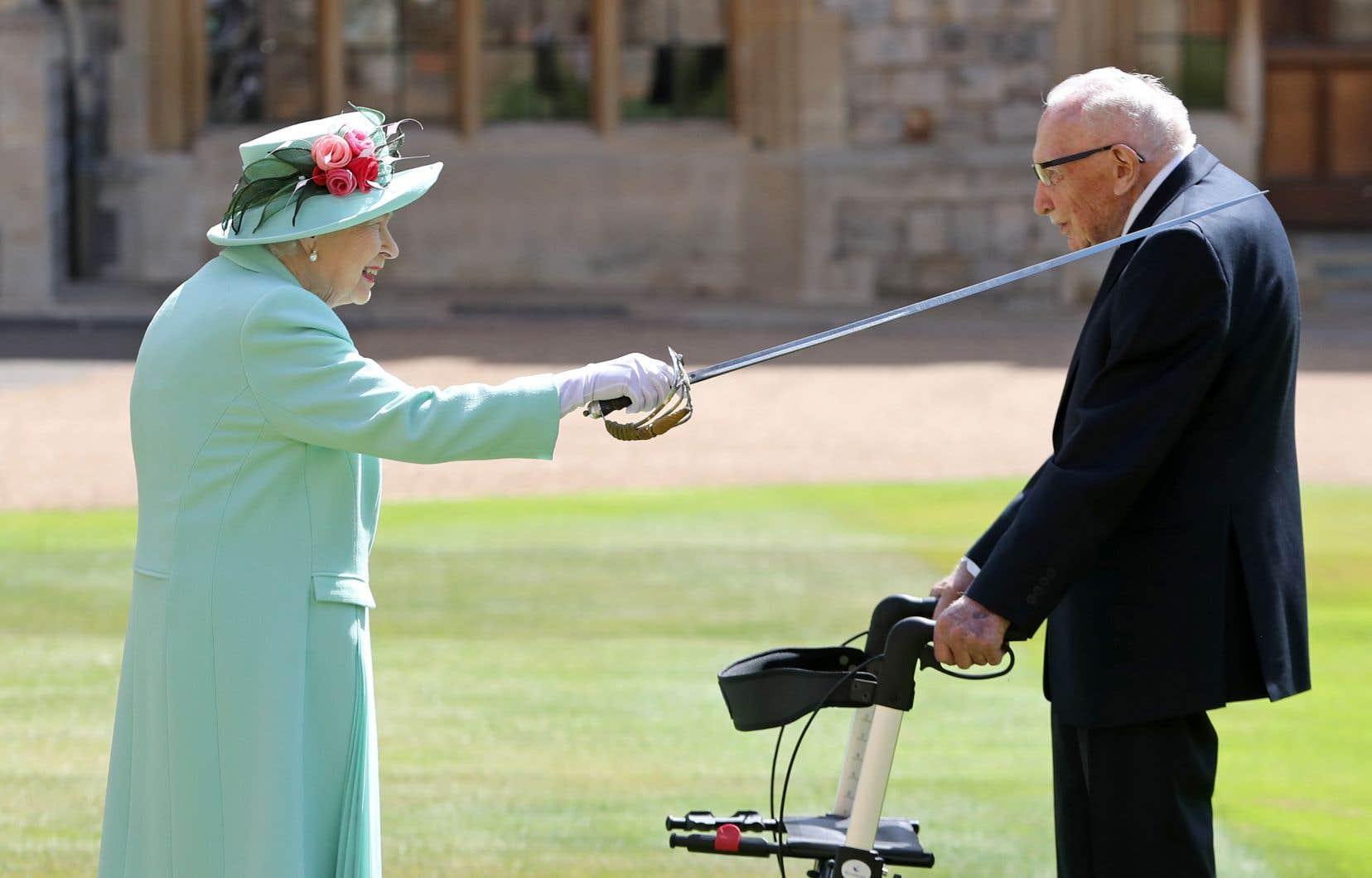 «Merci beaucoup, vous avez récolté une somme extraordinaire», a déclaré la reine en remerciant Tom Moore.
