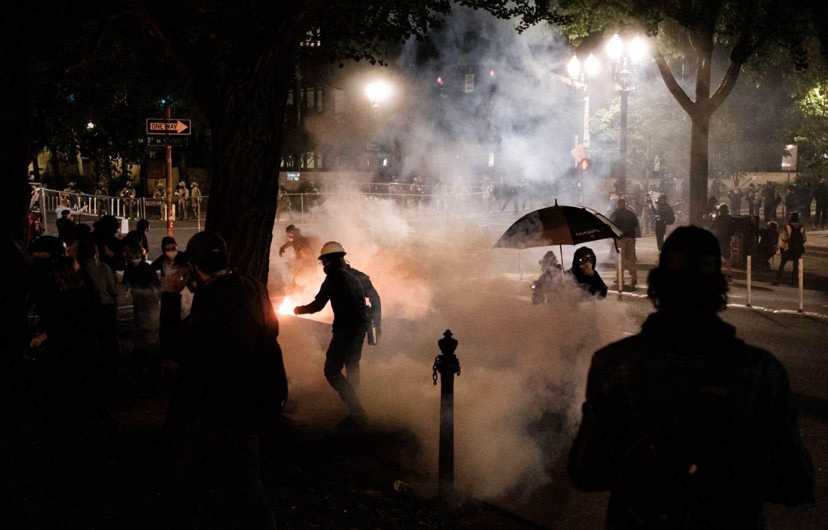 Les rassemblements,parmi lesquels celui de la nuit de samedi à dimanche, sont régulièrement dispersés à coups de gaz lacrymogène.