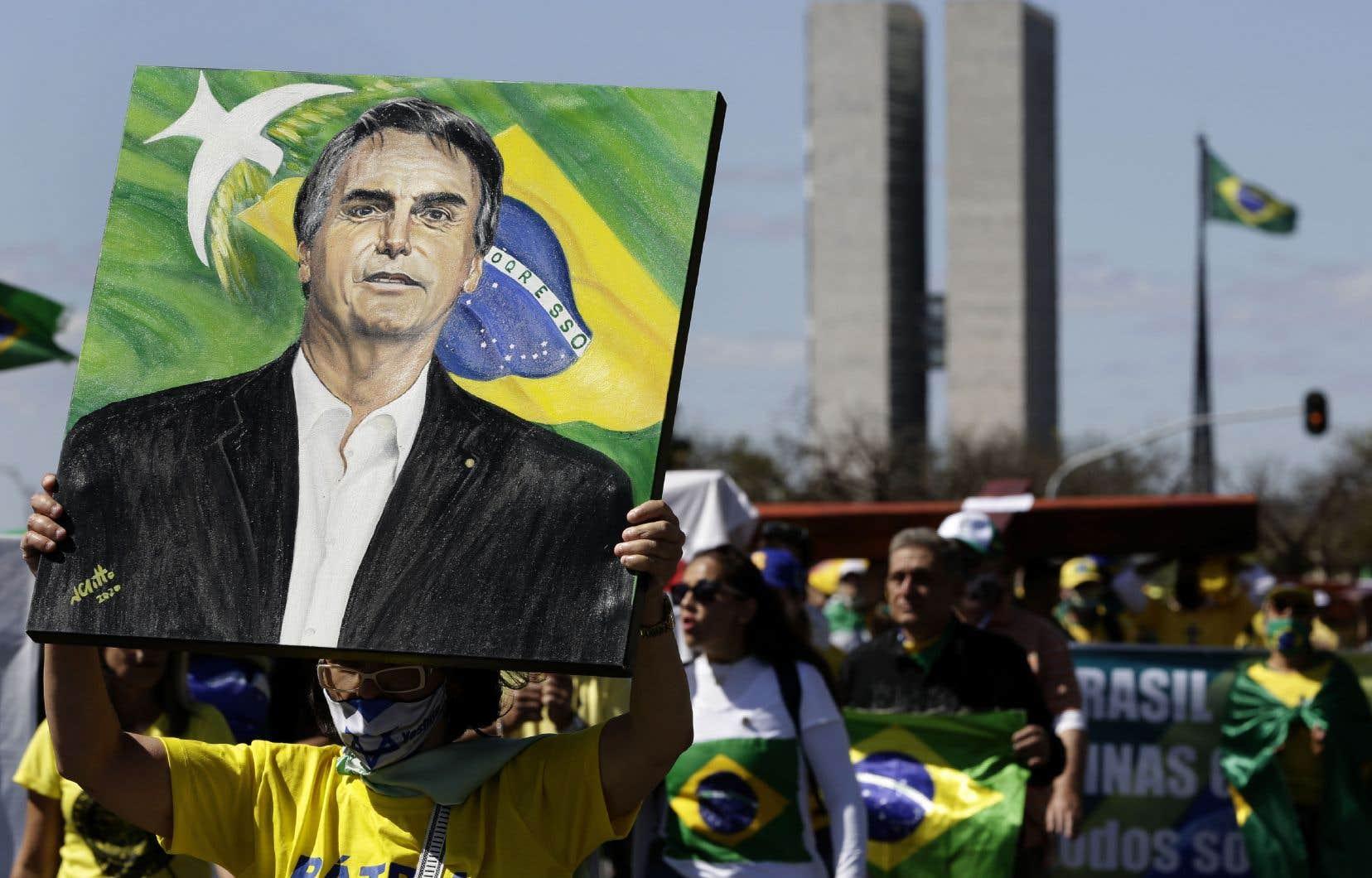 Vêtus aux couleurs du drapeau brésilien, les manifestants ont défilé dans le centre de la capitale, arborant des symboles patriotiques, des croix et des portraits du président.