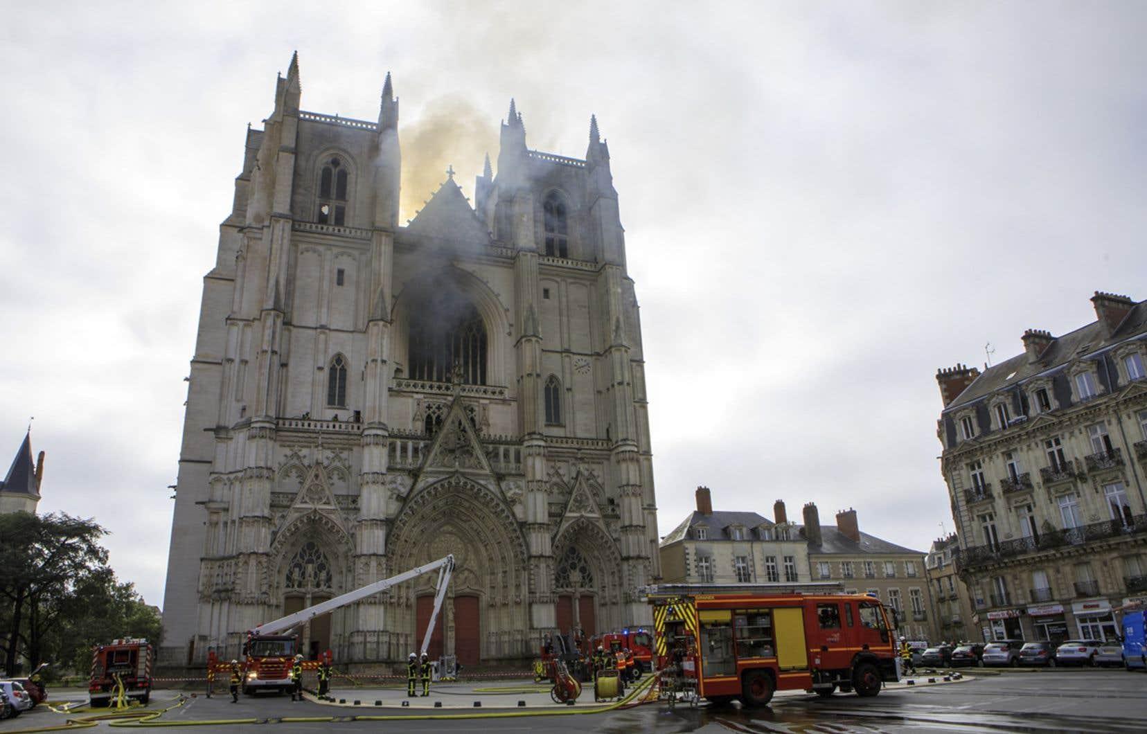 Un feu s'est déclaré samedi,à Nantes,dans la cathédrale Saint-Pierre-et-Saint-Paul, un édifice du XVIe siècle.