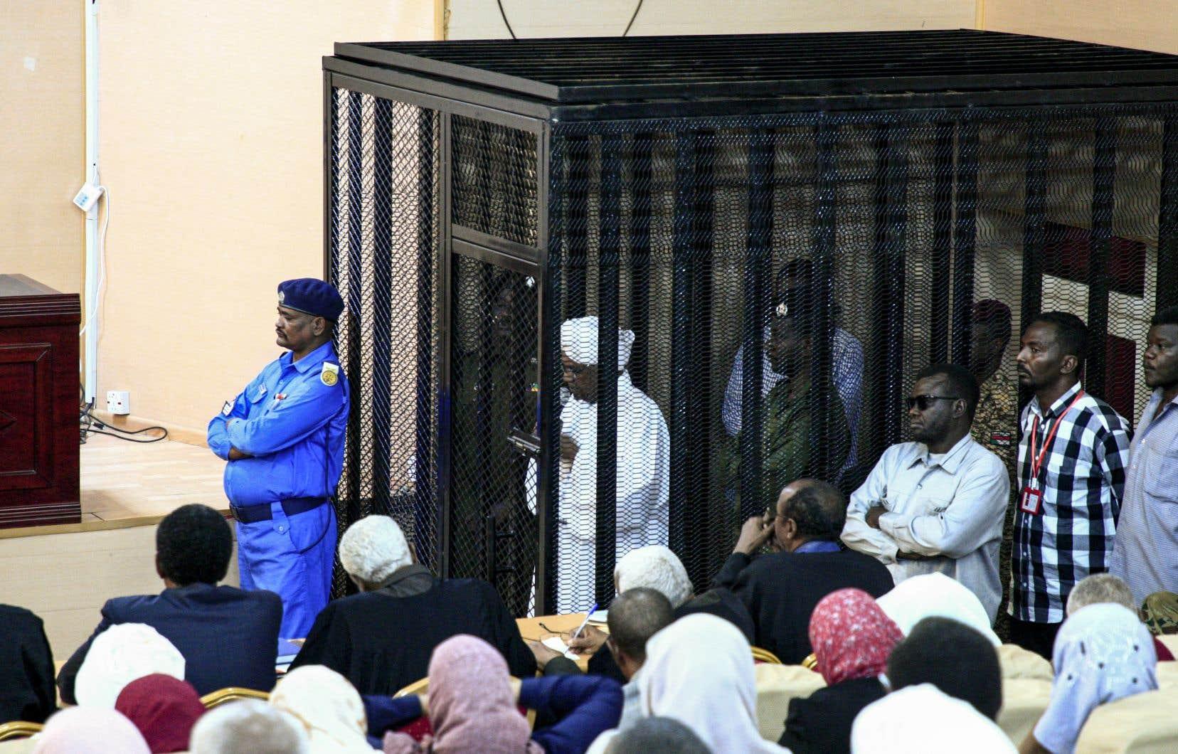 Omar el-Béchir sera dans le box des accusés avec 10 autres militaires et six civils, parmi lesquels ses anciens vice-présidents Ali Osman Taha et le général Bakri Hassan Saleh. On le voit ici en cour à Khartoum en août 2019.