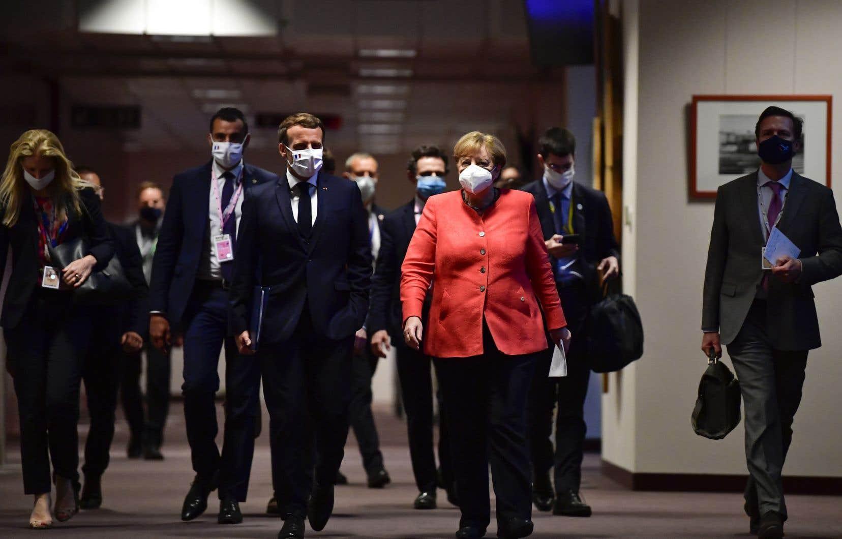 Le président français, Emmanuel Macron (au centre) et la chancelière allemande, Angela Merkel (en rouge), étaient depuis le début du sommet des ardents défenseurs du plan retenu par l'UE.