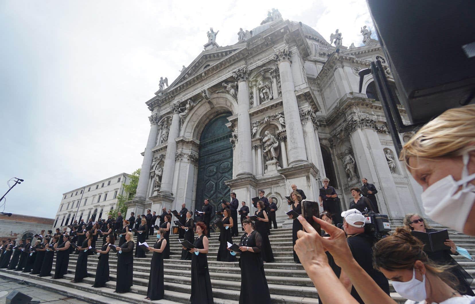 La chorale de l'Opéra de Venise chantait en plein air en juin en hommage aux travailleurs de la santé. Le doute plane encore sur le moment où les chœurs et les chorales pourront de nouveau donner des spectacles à l'intérieur... et sous quelles conditions.