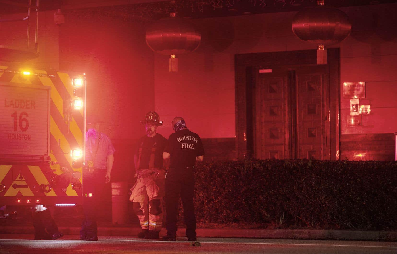 Des pompiers se sont rendus devant le consulat chinois à Houston, alors que de la fumée avait été signalée dans la nuit de mardi.