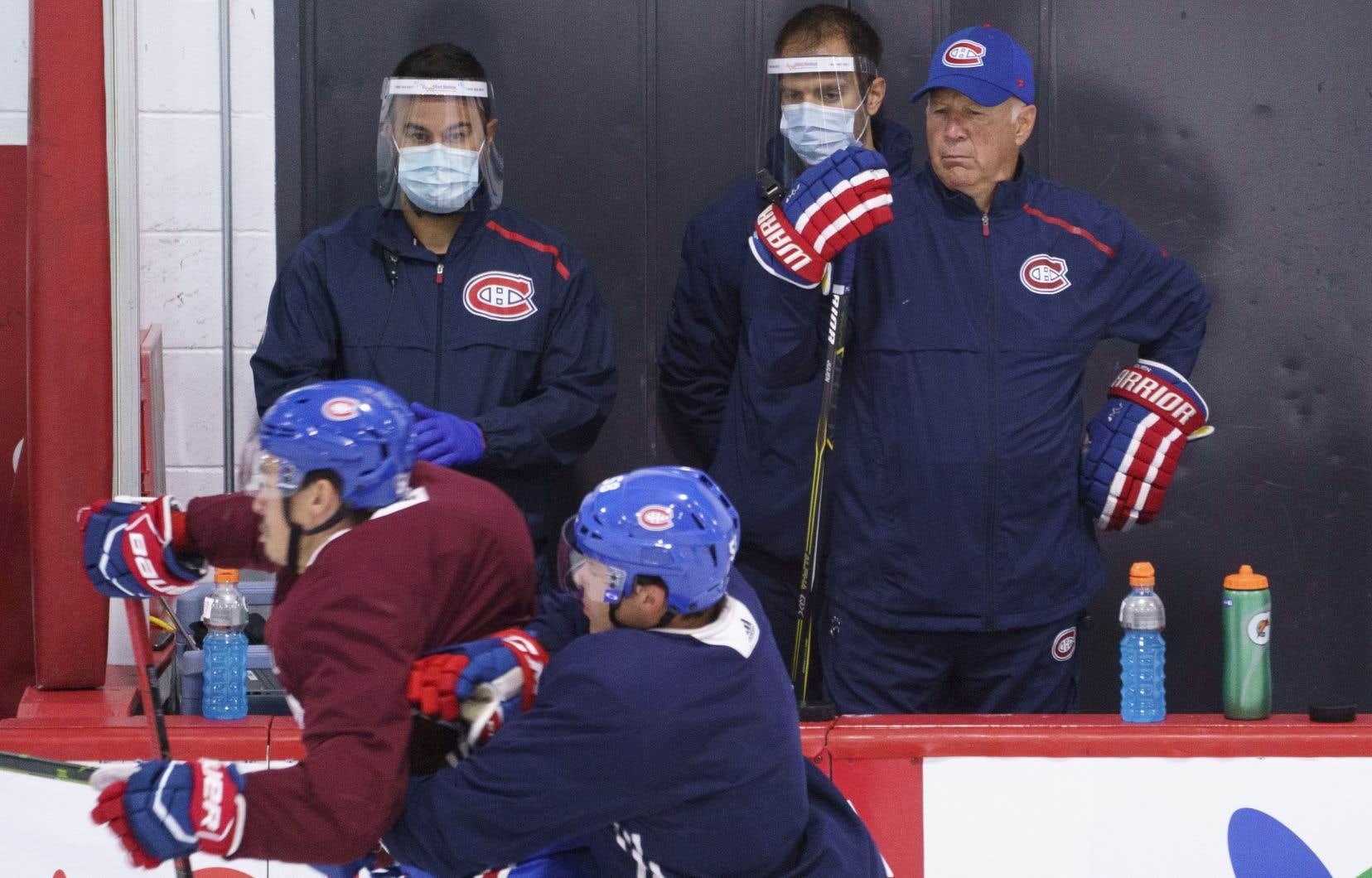 Même si Claude Julien a insisté pour dire qu'il était trop tôt pour prendre des décisions sur l'alignement défensif du Canadien à prévoir contre les Penguins, il a admis avoir l'œil ouvert à l'entraînement.