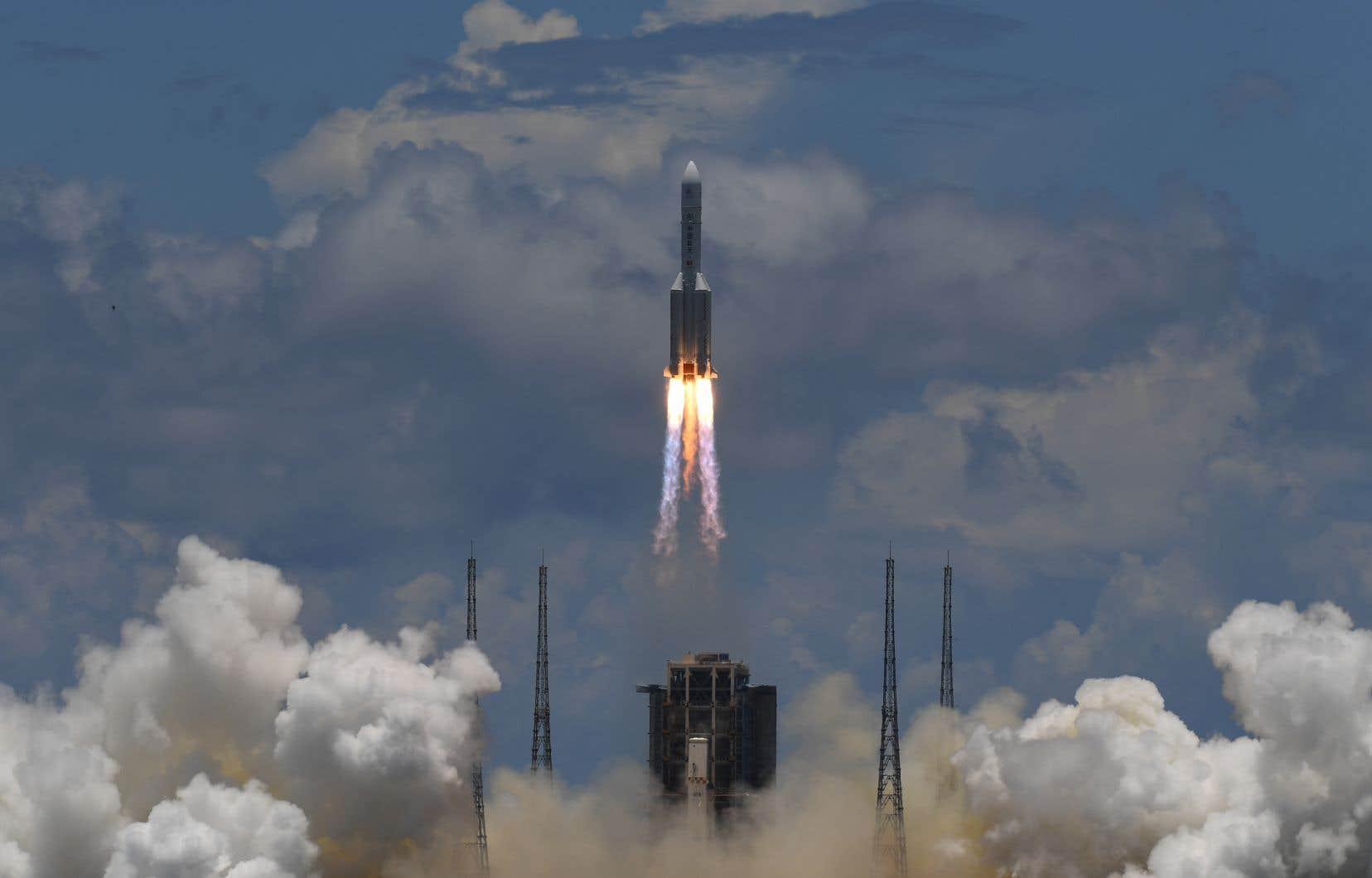 L'engin a été propulsé dans un ciel d'azur par une fusée Longue-Marche 5, la plus puissante de la panoplie chinoise.