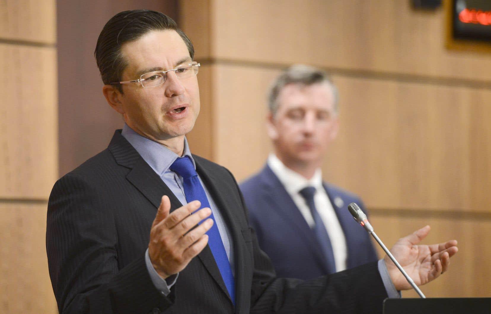 Les députés conservateurs Pierre Poilievre et Michael Barrett ont tenu une conférence de presse, jeudi, afin de réclamer une fois de plus le départ du cabinet Trudeau du ministre des Finances Bill Morneau.