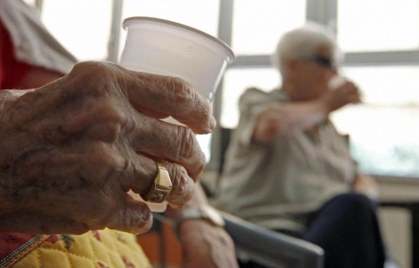 Dans les établissements privés destinés à l'hébergement des personnes âgées, «l'un des principaux mécanismes utilisés pour générer des bénéfices consiste à réduire le personnel, ce qui diminue inévitablement la qualité des soins», constatent deux chercheuses.<br />